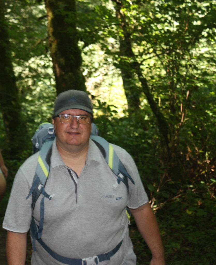 Christophe marche dans la forêt
